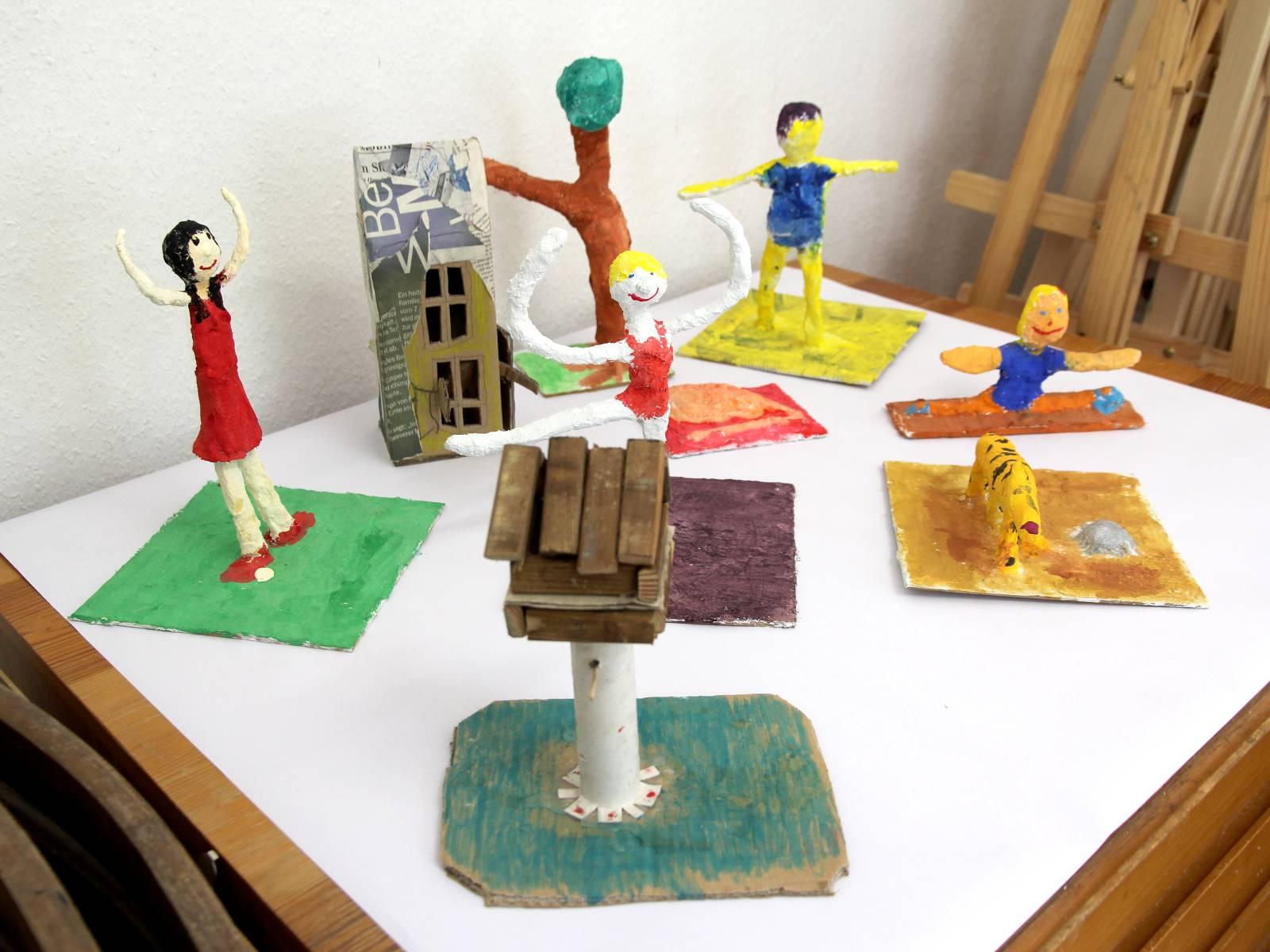 Kunstgespuer Kinderatelier-Ausstellung-Fantasievolle-Druckgrafik-Plastik Bewegung